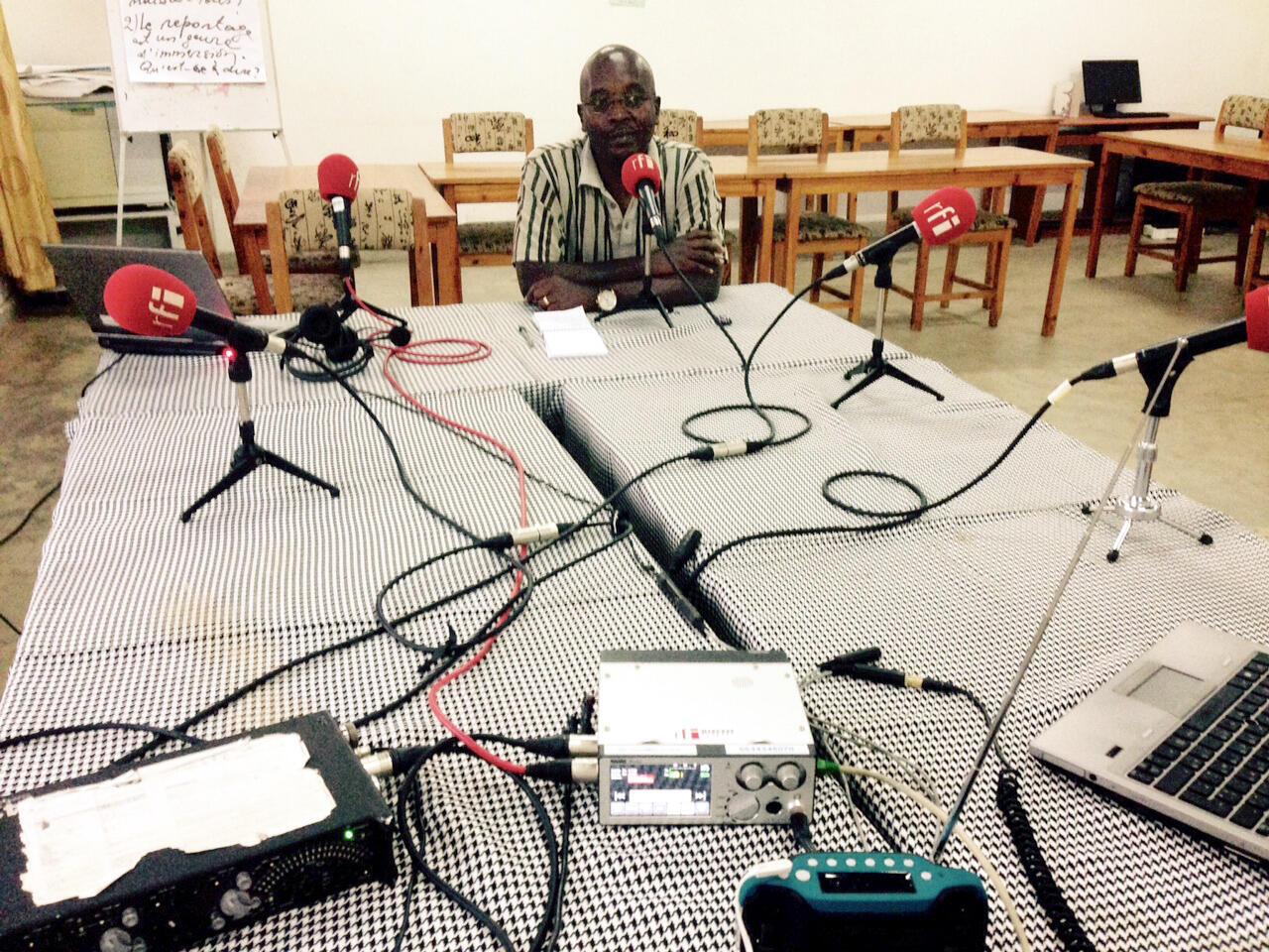 Esdras Ndikumana, correspondant de RFI dans le studio improvisé de la spéciale élection présidentielle au Burundi, à Bujumbura, ce mercredi 22 juillet.