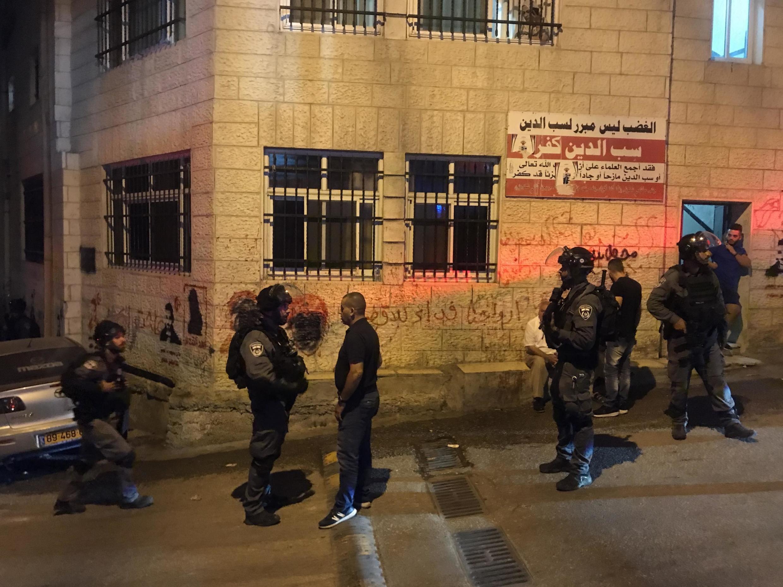 Un habitant d'Al Issawiya fait face aux forces anti-émeutes israéliennes, 19 août 2019.