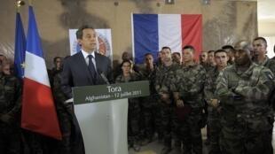 Nicolas Sarkozy faz discurso em visita surpresa à base militar de Tora, no Afeganistão (12/07/2011).