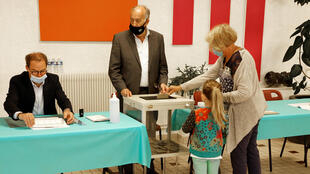 france-elections-regionales-departementales-bureau-vote