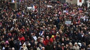 """巴黎1月27日遊行的""""紅圍巾""""隊伍鳥瞰"""
