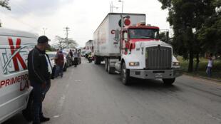 Caminhões com ajuda humanitária internacional destinados à Venezuela indo para um depósito na cidade de Cucuta, Colômbia. 07/02/19.
