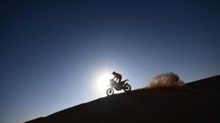 Un motociclista participa en la segunda etapa del Dakar 2021 entre Bisha y Wadi Ad-Dawasir en Arabia Saudita el 4 de enero de 2021