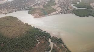 Vue aérienne de la Langue de Barbarie à Saint-Louis du Sénégal.