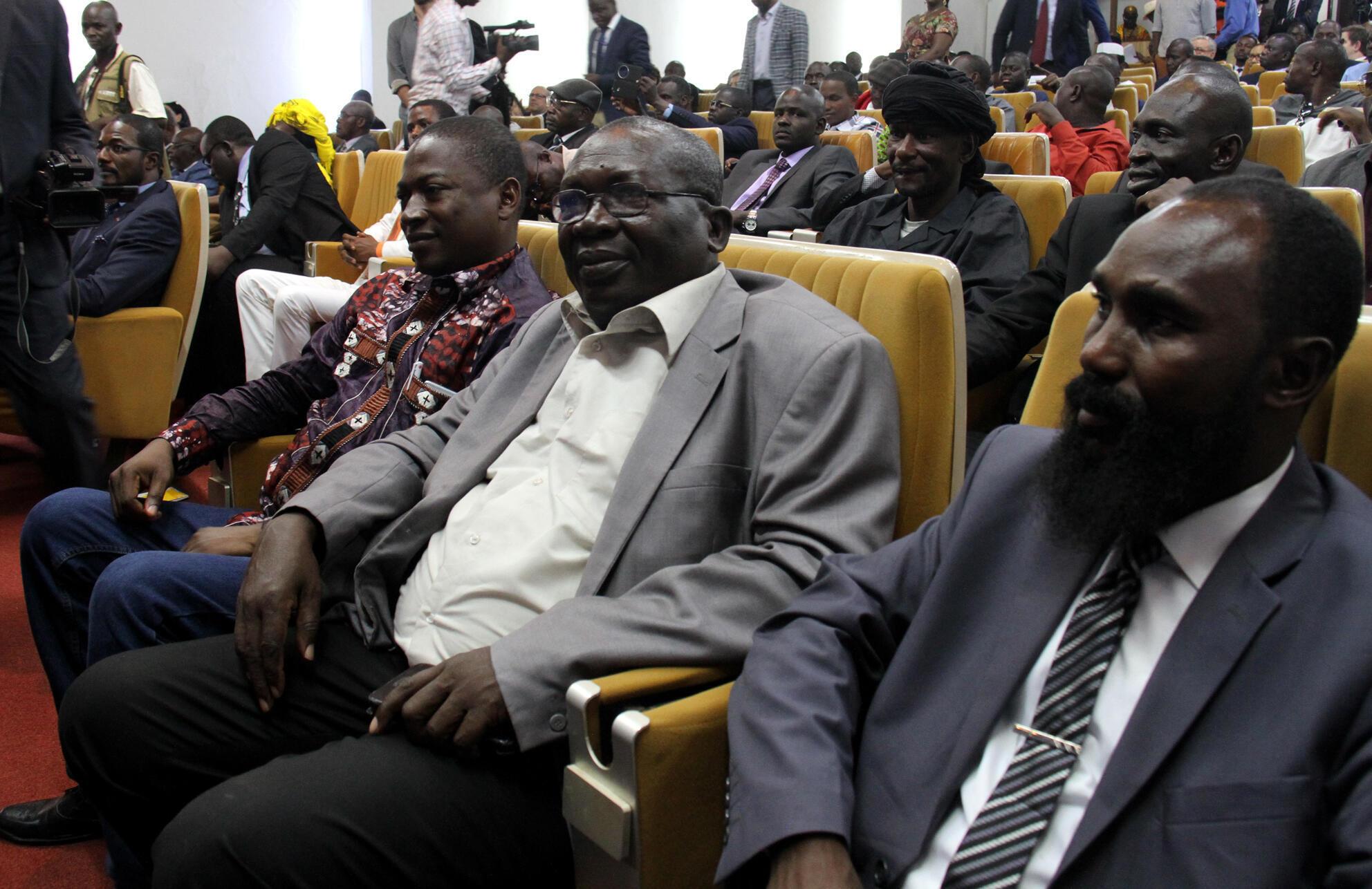 Des représentants des groupes armés lors de la signature de l'accord de Khartoum à Bangui, le 3 mars 2019. Parmi eux, Souleymane Daouda (3e à g.) et Maxime Mokom (1er à dr.) sont devenus respectivement ministres de l'Elevage et du DDR.