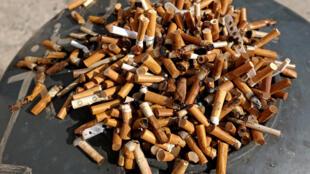 Ảnh minh họa: Tàn thuốc lá bên ngoài một văn phòng ở Roma, 21/09/2018.