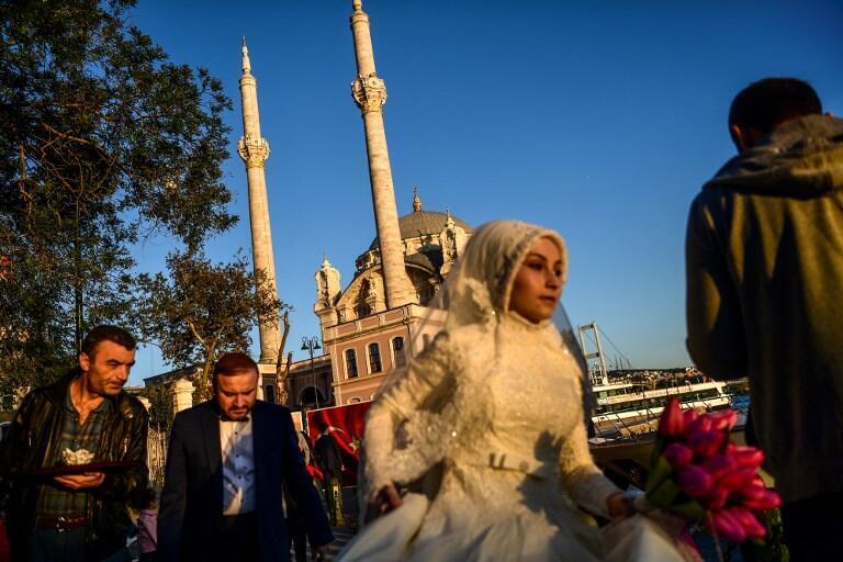 Жених и невеста во время фотосессии в Стамбуле, 17 октября 2017.