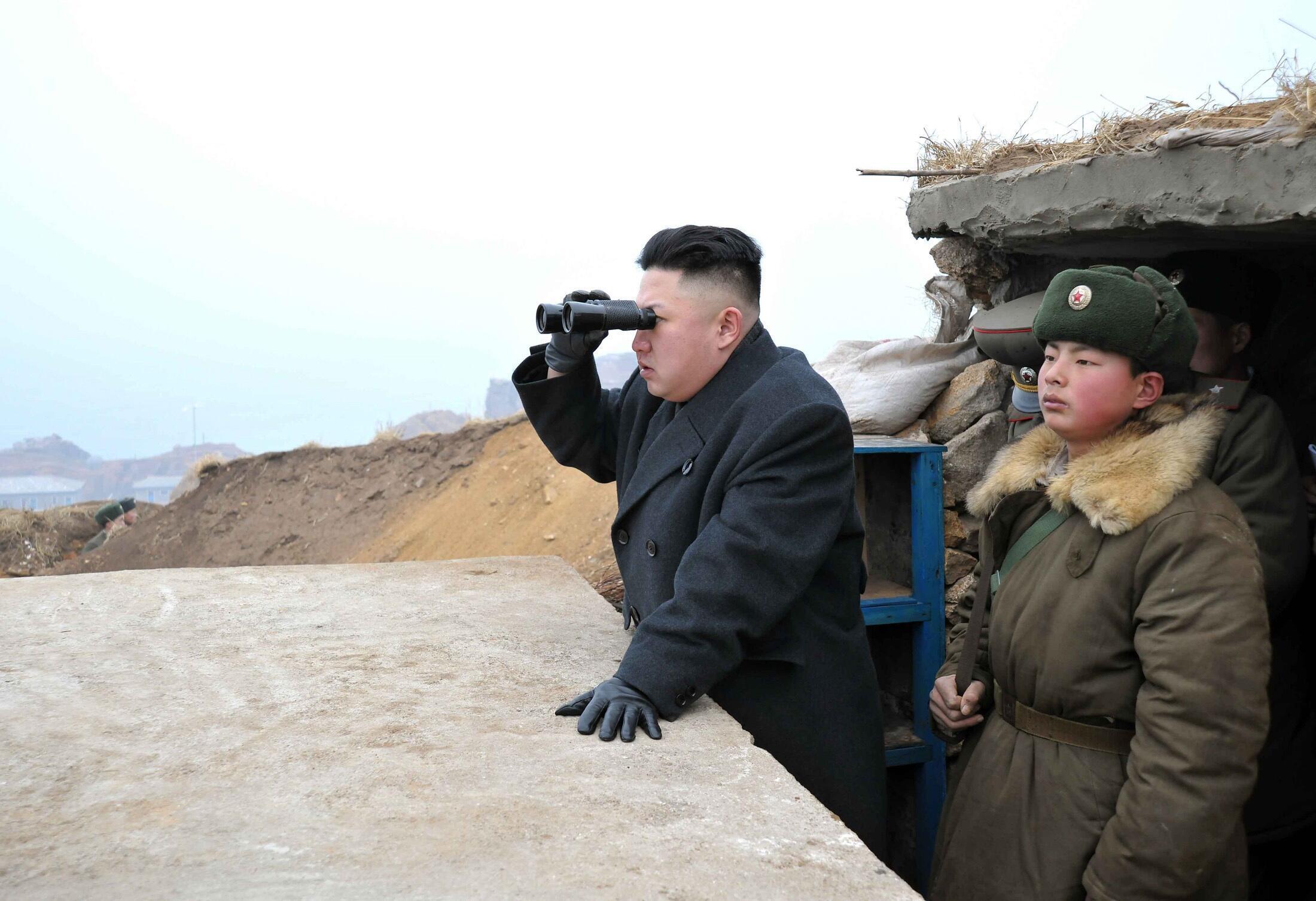 Le leader nord-coréen Kim Jong-un regarde les positions de l'armée sud-coréenne, le 7 mars 2013. Cliché transmis par l'agence KCNA de Corée du Nord.