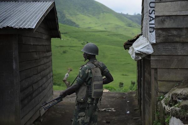 Mwanajeshi wa Serikali ya Jamhuri ya Kidemokrasia ya Congo DRC akiwa kwenye doria kwenye eneo la mpaka wa nchi hiyo na Rwanda