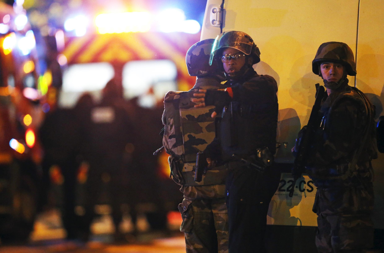 Forças de segurança diante da casa de show Bataclan, em Paris.