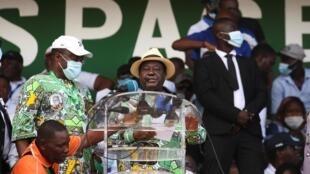 L'ancien président Henri Konan Bédié à la tribune du rassemblement de l'opposition, le 10 octobre à Abidjan.