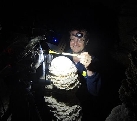 El estudio de la trayectoria de las gotas de agua que caen en una gruta busca determinar la relación entre el ancho de las estalagmitas y la geometría de las cavidades subterráneas.