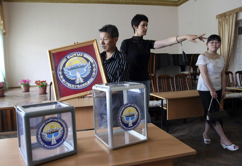 Подготовки в Бишкеке к референдуму 2010 года