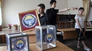 A Bishkek, capitale du Kirghizistan, les bureaux de vote se mettent en place pour le referendum de dimanche 27 juin 2010.