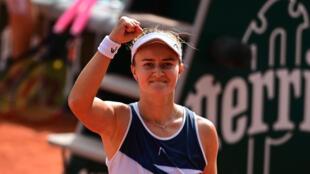 La Tchèque Barbora Krejcikova a remporté son premier titre du Grand Chelem en battant en finale la Russe Anastasia Pavlyuchenkova, à Roland-Garros, le 12 juin 2021