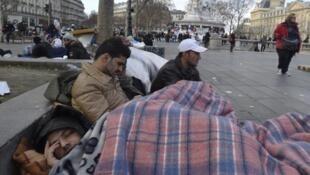 """تعدادی از مهاجران افغان مستقر در میدان """"جمهوری"""" پاریس. ٢١ دسامبر ٢٠١۵"""
