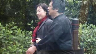 Tiến sĩ Cù Huy Hà Vũ và vợ là luật sư Dương Hà tại trại giam số 5, Yên Định, Thanh Hóa. Ảnh chụp từ trong xe, ngày 24/02/2012.