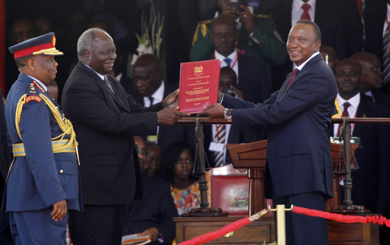 Uhuru Kenyatta na mtangulizi wake Mwai kibaki wakati wa sherehe za kuapishwa April 9