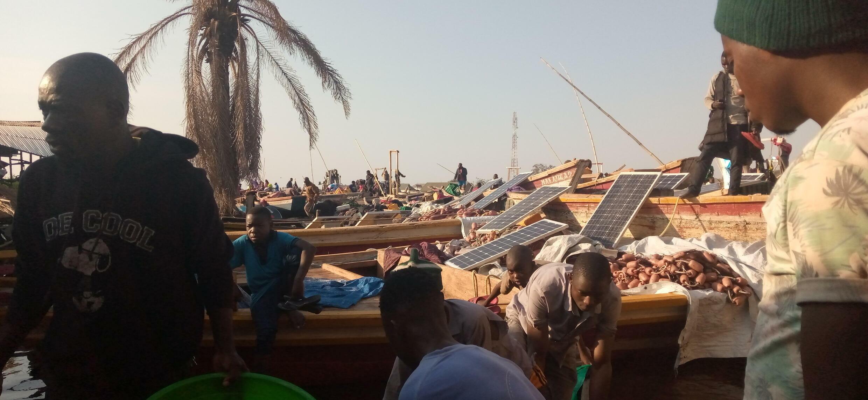 Des pirogues des pécheurs accostent au port de fortune de Lukuga