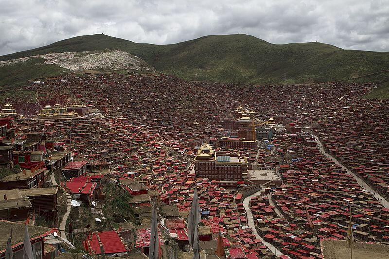 Toàn cảnh quần thể tu viện Tây Tạng Lạc Nhược Hương (Larung Gar) trước đây, nay đang bị cưỡng chế giải tỏa.