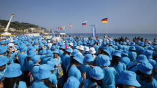 Les employés du groupe Tiens sur la Promenade des Anglais, à Nice, vendredi 8 mai 2015.