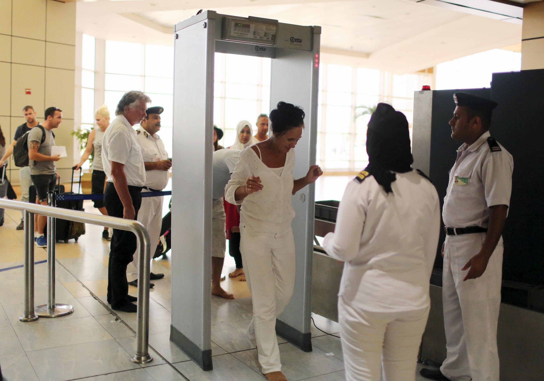 Khách du lịch đi qua cổng kiểm tra an ninh tại sân bay Charm El Cheikh, Ai Cập.