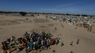 Women and children are seen gathered at the water point at the Internally displaced peoples camp Muna camp in Maiduguri, Nigeria (File Photo), December 1, 2016. REUTERS/Afolabi Sotunde