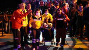 Un blessé est évacué par avion vers la Turquie, le 16 octobre 2017.