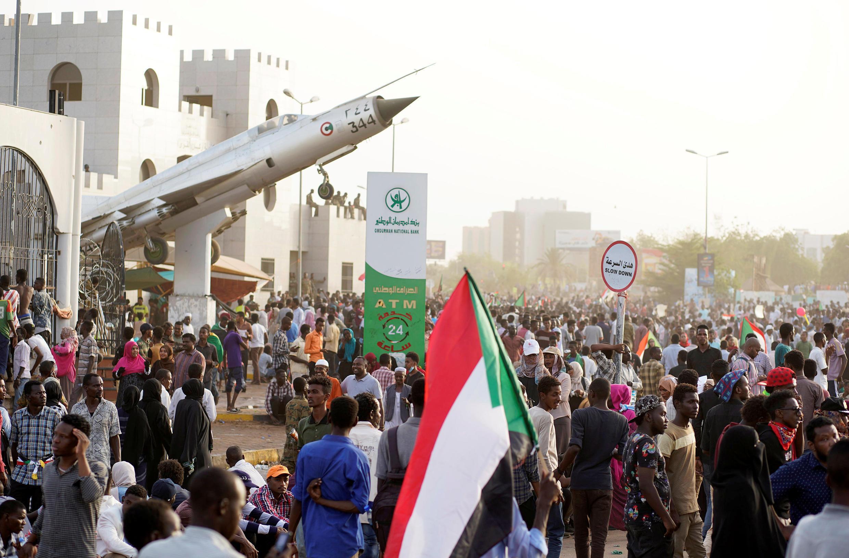 Des manifestants soudanais devant le ministère de la Défense protestent contre le conseil militaire qui a remplacé le président déchu Omar el-Béchir.