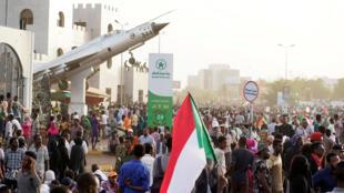 Manifestantes sudaneses em frente ao ministério da Defesa