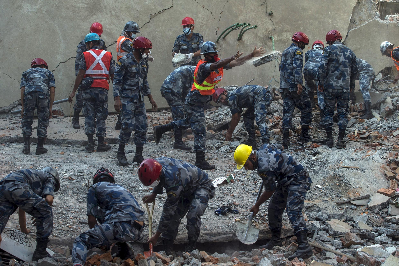 Equipes de resgate trabalham na capital Katmandu, Nepal.