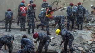 尼泊尔连续地震致使震灾遇难者人数激增 已有8216人死亡