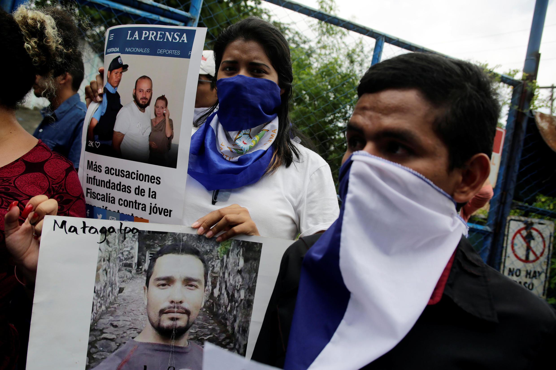 Les familles et amis de détenus impliqués dans le soulèvement populaire contre le président Daniel Ortega manifestent contre leur détention devant la prison, à Managua, le 2 juillet 2018.