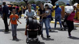 Les emplettes d'une Vénézuélienne à Cucuta, ville colombienne, où elle est allée faire une provision de pneus à la faveur d'une ouverture de la frontière, le samedi 13 août 2016.