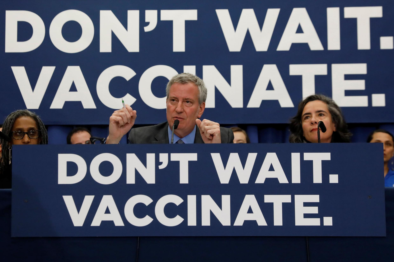 O prefeito de Nova Iorque, Bill de Blasio, declara obrigatória a vacina de sarampo em vários bairros da cidade para tentar controlar a proliferação da doença.