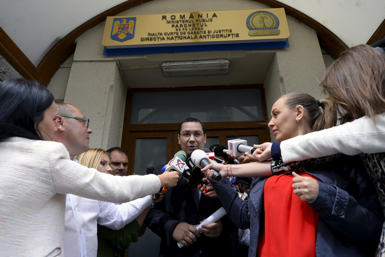 Thủ tướng Rumani Victor Ponta trả lời báo chí sau khi vừa rời trụ sở Cơ quan chống tham nhũng ngày 5/6/2015/