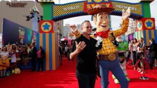 L'acteur Tom Hanks pose avec son personnage Woody lors de la première de «Toy Story 4» à Los Angeles, Californie, États-Unis, le 11 juin 2019.