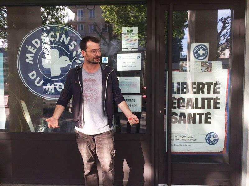Nicolas Martine de Médecins du Monde, devant l'accueil de jour des mineurs isolés à Caen, en Normandie.