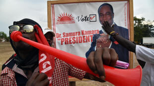 Des militants du candidat du parti présidentiel Samura Kamara, pendant la campagne présidentielle le 5 mars 2018 à Mekeni, dans le nord de la Sierra Leone.