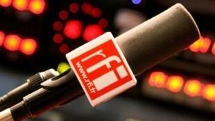 RFI - micro en studio RFI - Issy les Moulineaux.