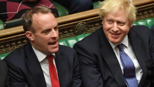 英國外交大臣拉布與首相約翰遜資料圖片
