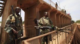 Des soldats du gouvernement surveillent un pont au nord de Mogadiscio, le 13 juillet 2012.