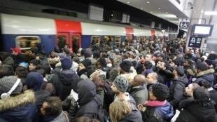 اعتصاب در شرکت راه آهن و نیز شبکۀ حمل و نقل عمومی پاریس اختلالات بسیاری را در رفت و آمد شهروندان ایجاد کرده است. شمار اندک قطارها و متروهای در حرکت همواره هجوم مسافران منتظر را در پی دارد.