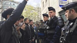 Cảnh sát Pháp đối mặt với người Hoa biểu tình tại Paris ngày 28/03/2017 để phản đối vụ một người Hoa bị bắn chết hôm 26/03/2017.