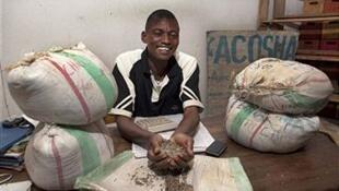 Un marchand de cassitérite et coltan dans son entrepôt de Bukavu en République démocatrique du Congo.