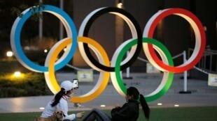 Wasu mata yayin atsaye a gaban alamar gasar Olympics dake gaf da babban filin wasa na Tokyo, babban birnin kasar Japan. 22/1/2021.