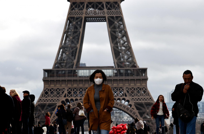 A imprensa francesa desta segunda-feira destaca como os franceses estão tendo de adaptar seu cotidiano à epidemia do coronavírus no país.