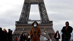 Governo proíbe aglomerações de mais de mil pessoas e franceses estão tendo que adaptar seu cotidiano devido à propagação do coronavírus no país.