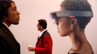 En Californie, Microsoft présente Hololens le casque qui permet de «téléporter» virtuellement en 3D une personne dans votre environnement  immédiat.