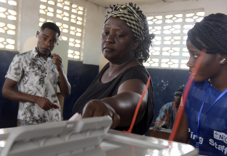 Scène de votes dans le bureau de Monrovia.
